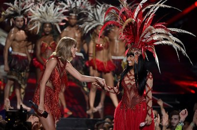 taylor-swift-nicki-minaj-hand-holding-mtv-vma-2015-show-billboard-650